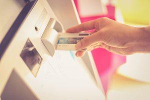 une personnes en train de payer par carte